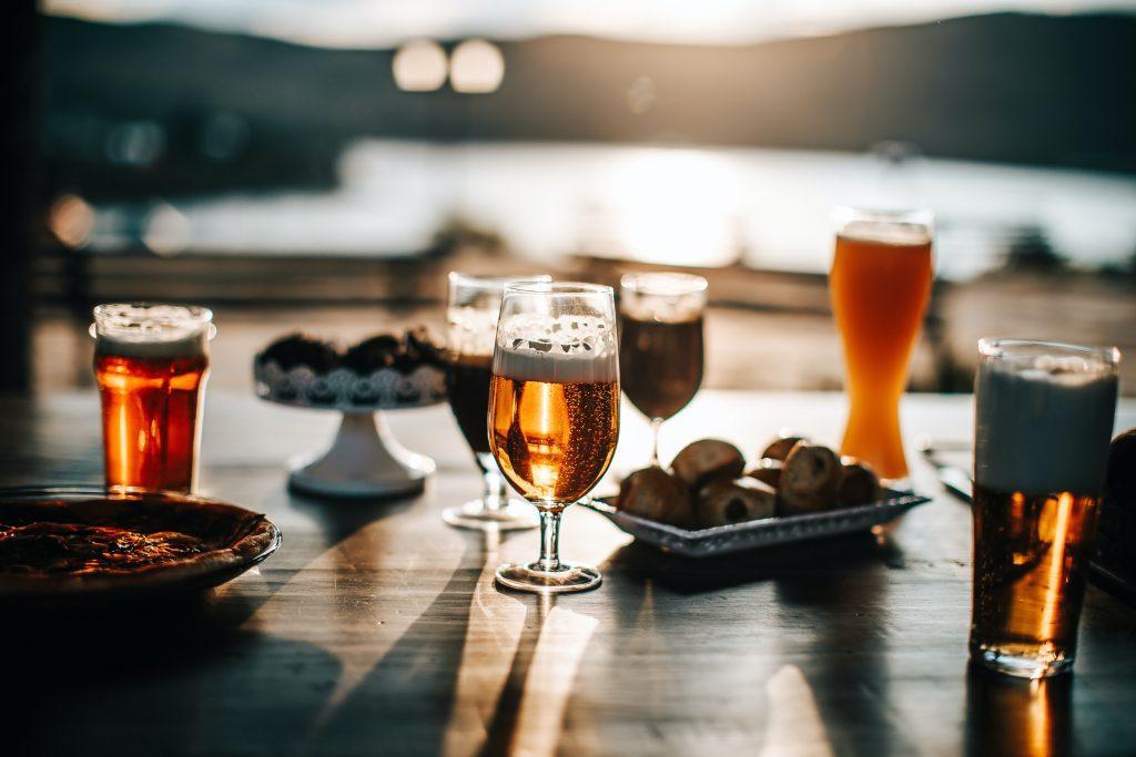 Biertjes op het terras: voor hem en haar